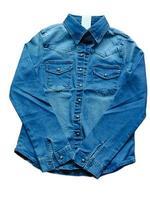 chemise en jean bleu sur fond blanc