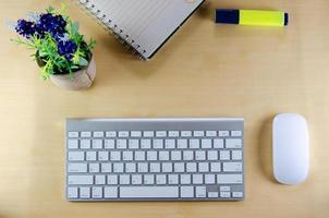 vue de dessus du clavier et de la souris sans fil sur le bureau