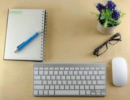 clavier, souris sans fil et ordinateur portable sur le bureau