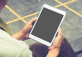 tenant la tablette avec écran vide