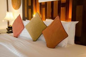 oreillers sur lit d'hôtel de luxe photo