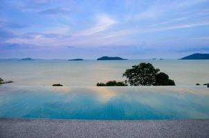 scène relaxante de la piscine à débordement