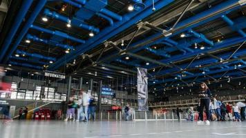 Paris, France, 2020 - visiteurs marchant dans le centre pompidou