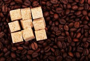 cubes de sucre sur le café photo