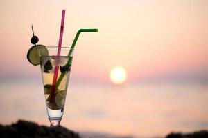 cocktail mojito sur la plage au coucher du soleil photo