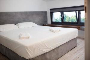 chambre d'hôtel vide avec lit king-size photo