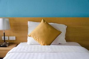 oreillers sur un lit simple