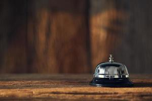 cloche de service sur bois photo