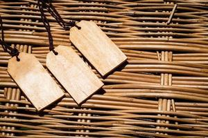 étiquettes en bois sur un panier tressé photo