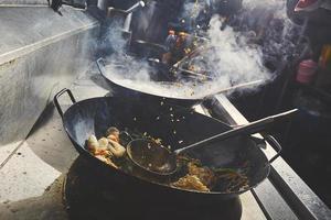 faire cuire des aliments dans un wok photo