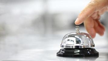 doigt sur le point de sonner la cloche