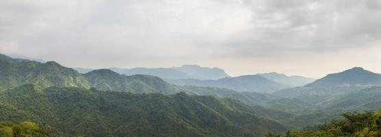 forêt et montagnes en thaïlande photo