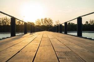 pont en bois au bord de la mer photo