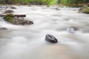 longue exposition tir d'un ruisseau en thaïlande photo