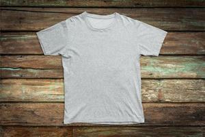 t-shirt blanc sur fond de bois pour modèle de maquette
