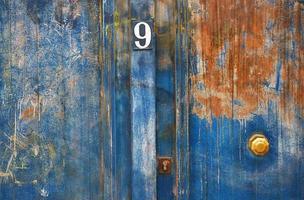 porte bleu métal peint et rouillé avec numéro 9 photo