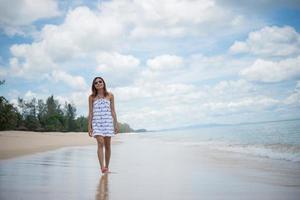 belle jeune femme heureuse profitant de la plage photo