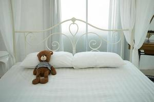 mignon ours en peluche dans une salle blanche photo