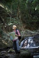 aventure homme observant la carte sur un chemin de montagne