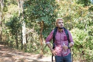 Heureux homme hipster randonnée touristique dans la forêt de la nature photo