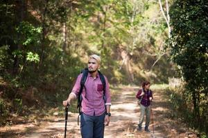 randonneurs couple randonnée en plein air photo