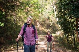 couple de randonneurs randonnée ensemble photo