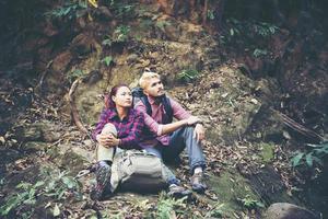 jeune couple de touristes randonnée en forêt photo