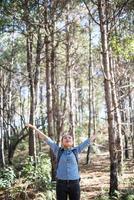 jeune femme hipster appréciant la nature avec les bras tendus photo