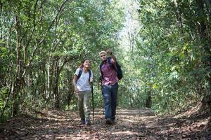 jeune couple attrayant, randonnée dans la forêt photo