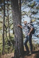 jeune homme voyageant avec un sac à dos dans la nature photo