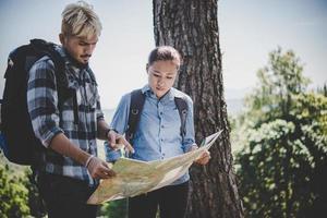 jeune couple aventure randonnée à une montagne photo