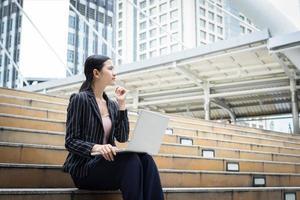 femme affaires, utilisation, ordinateur portable, séance marche photo
