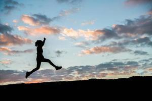 heureux, jeune, silhouette, de, a, femme, sauter, contre, beau, coucher soleil