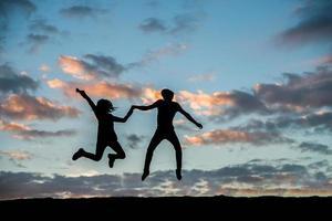 silhouette d'un couple ensemble contre beau coucher de soleil