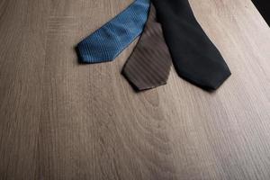cravates en soie sur fond de bois photo