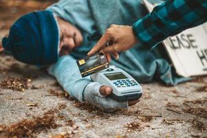 mendiant avec un lecteur de carte de crédit photo