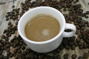 vue de la tasse de café et de grains de café
