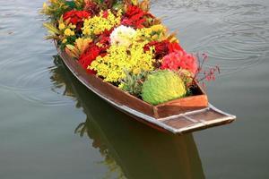 fleurs dans un bateau sur l & # 39; eau