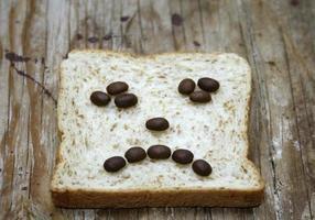 visage froncé fait de café et de pain photo