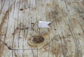 drapeau blanc sur bois photo