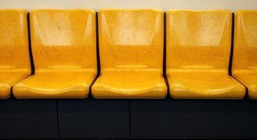 rangée de chaises jaunes