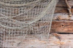 filet de pêche sur mur en bois photo