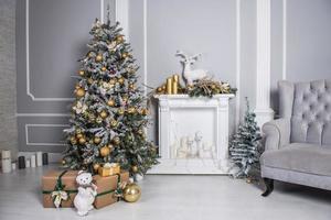 salon décoré avec arbre de Noël, cadeaux et décor de Noël