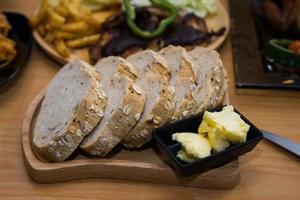 pain de mie avec du beurre sur une plaque en bois photo