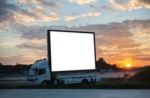 Panneau d'affichage vide sur la voiture au coucher du soleil au crépuscule photo