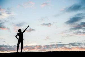 silhouette de l'homme de la liberté au coucher du soleil photo