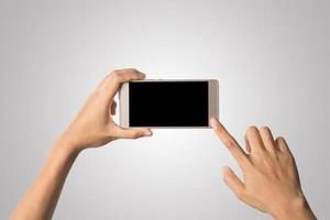 main de femme tenant écran blanc de téléphone intelligent photo