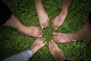 groupe d'amis pieds nus ensemble