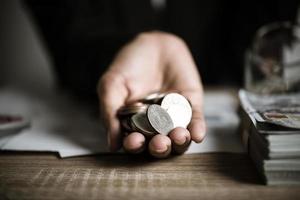 pièces d'argent en mains photo