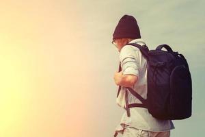 Adolescente portant des lunettes, portant un sac à dos pour voyager avec photo